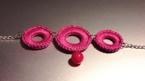 armband i rosa med slutpärla i matchande färg