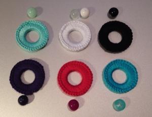 färger på ringarna med matchande pärla. De två mörka är svart respektive lila.